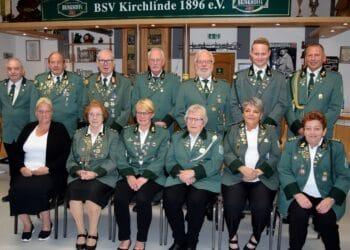 (stehend v. l.) Hartmut Krämer (Kassenprüfer), Norbert Dudek (Jugendleiter), Hugo Szkudlarek (stellvertretender Vorsitzender), Hans-Joachim Schröer (stellvertretender Geschäftsführer, stellvertretender Schatzmeister), Bernd Rabert (Geschäftsführer), Jonas Ritter (2. stellvertretender Sportleiter), und Jörg Ritter (Sportleiter); (sitzend v. l.) Anita Lange (stellvertretende Jugendleiterin), Bärbel Leuschner (Schatzmeisterin), Birgit Lüttecke (Schriftführerin), Ludgera Rabert (stellvertretende Frauenbeauftragte), Beate Schröer (Vorsitzende), und Bärbel Müller (Frauenbeauftragte);  (Fotos: Verein)