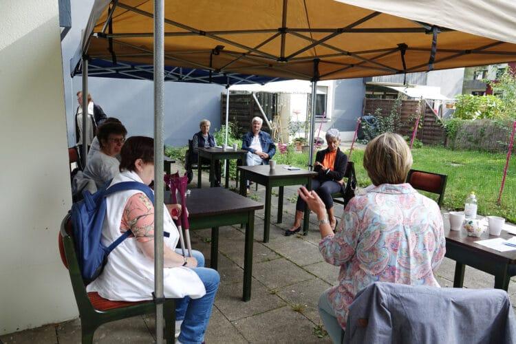 Die Premiere der Handy-Sprechstunde im Diakonie-Nachbarschaftstreff Menglinghausen konnte auf der Terrasse stattfinden. (Foto: Horst Bergob)