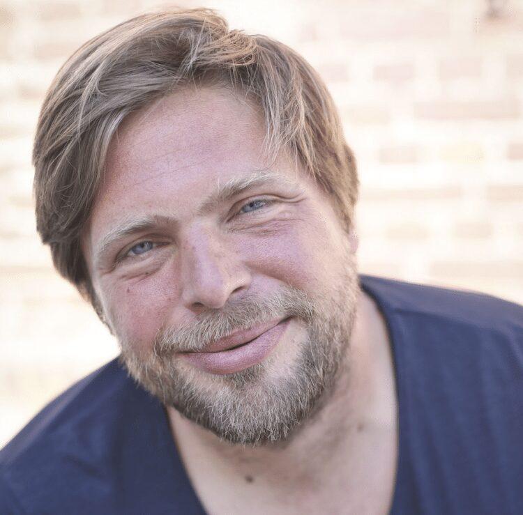 """Jens Jüttner liest aus seinem Buch """"Als ich aus der Zeit fiel"""". (Foto: Maria Stratmann)"""