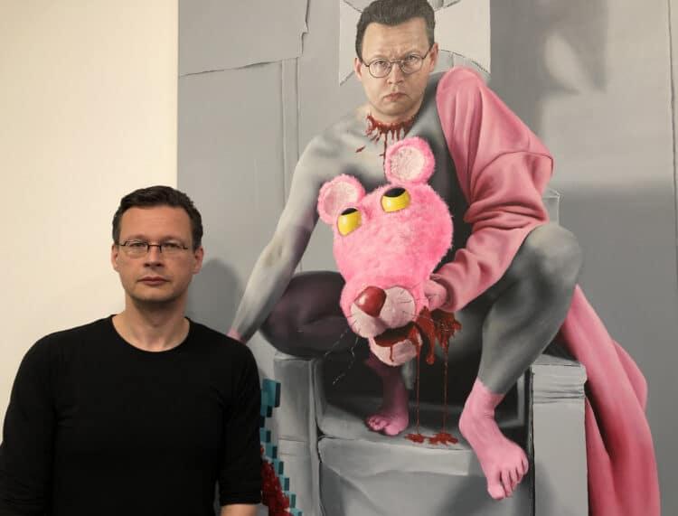 """Der Künstler René Schoemakers in der Ausstellung vor dem Gemälde """"Der böhse Paul"""" (2019/20); (Foto: Katrin Pinetzki, Stadt Dortmund)"""
