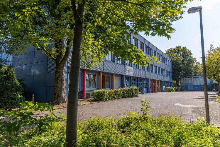 """Die Benninghofer Grundschule ist nach Einschätzung einer Schülerin """"von außen schön bunt und von innen schön bunt"""". (Foto: Wir in Dortmund)"""