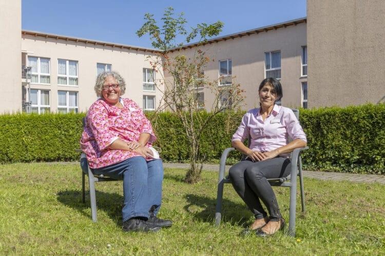 Stefanie Scheer (l.) war begeistert vom warmen Empfang im Huckarder Seniorenhaus. Im Laufe des letzten halben Jahres hatte Pflegedienstleiterin Esma Bayram (r.) kommissarisch die Einrichtungsleitung übernommen. (Foto: Wir in Dortmund)