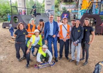 """Auch Oberbürgermeister Thomas Westphal (Mitte) hat sich den ungewöhnlichen Skatepark unter der """"Mallinckrodt-Brücke"""" angeschaut. (Foto: WIR IN DORTMUND)"""