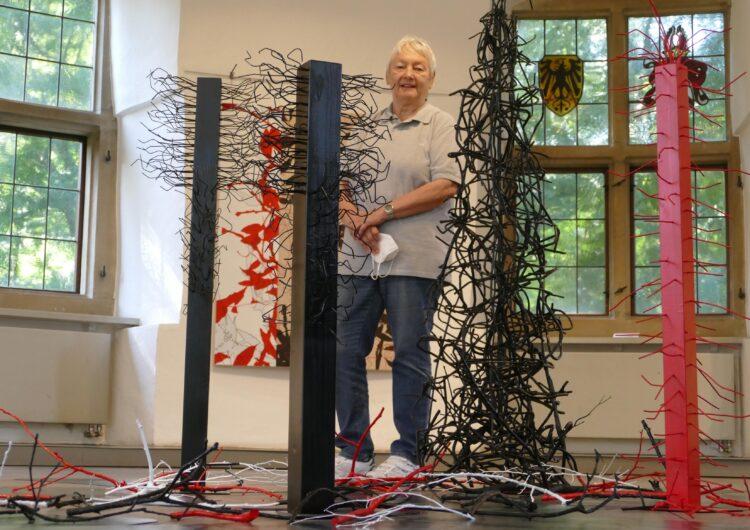 Die Künstlerin in der Ausstellung. (Fotos: Andreas Klinke/Wir in Dortmund)