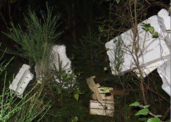 Der Müllwurde nterhalb der Talbrücke Bockenbach entsorgt. (Fotos: Polizei Dortmund)