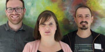 Aleksandar Stevic (Psychiater), Christina Naber (Genesungsbegleiterin) und Matthias Pauge (Pflegeentwicklung) gestalten den Gesprächsabend in der LWL-Klinik Dortmund. (Foto: LWL/Herstell)