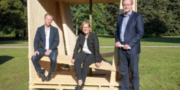 Dortmunds Stadtrat Ludger Wilde (r.) nimmt den Sitzwürfel von Prof. Dr. Tamara Appel, Prorektorin für Lehre und Studium,  und Prof. Ralf Dietz, Dekan des Fachbereichs Architektur, in Empfang. (Foto: FH Dortmund)