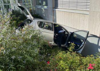 Die Insassen des Fahrzeugs wurden bei dem Unfall verletzt. (Fotos: Feuerwehr Dortmund)