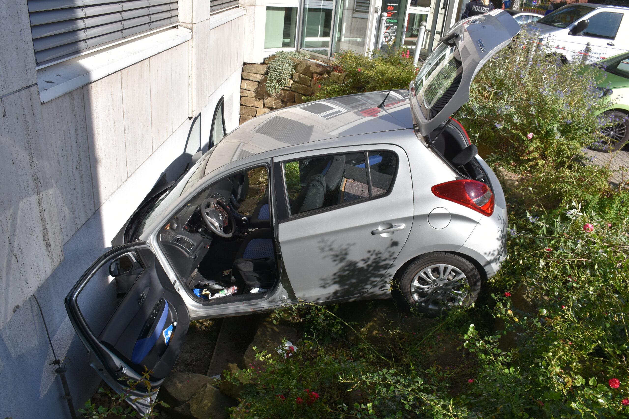 Auto stürzt Böschung herab und prallt vor Hauswand