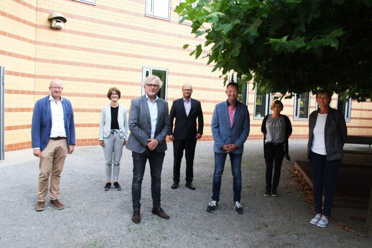 Angeführt von der Therapeutischen Direktorin Gisa Lieweris-Amsbeck (r.) und weiteren Klinikverantwortlichen starten der neue Beiratsvorsitzende Ulrich Langhorst (vorne Mitte l.) und sein Stellvertreter Prof. Dr. Thomas Reinbold (vorne Mitte r.) mit dem LWL-Maßregelvollzugsdezernenten Tilmann Hollweg (l.) zu einer ersten Klinikbesichtigung. (Foto: LWL/Schulte-Fischedick)