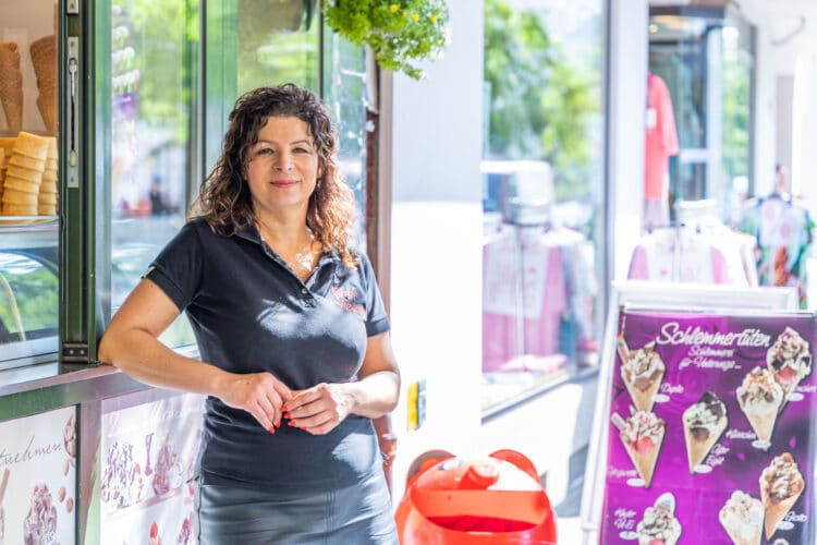 """Tiziana Blüthgen-Riva betreibt seit dem Jahr 1997 das """"Eiscafé Tiziana"""" an der Harkortstraße. (Foto: Wir in Dortmund)"""