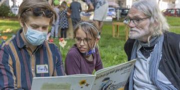 Auch das gabs am 3.9. selbstverständlich: Jung und Alt bei der gemeinsamen Lektüre. (Fotos: Wir in Dortmund)