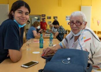 Die unterschiedlichsten Paarungen und Grüppchen fanden sich zur Smartphone-Sprechstunde in der AWO Begegnungsstätte zusammen. (Fotos: Wir in Dortmund)