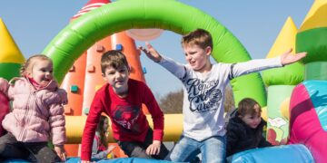 Für die Unterhaltung der Kids ist mit Hüpfburg, Kletterberg, Riesenrutsche, Tarzanschwinger und Riesentorwand bestens gesorgt. (Fotos: LWL)