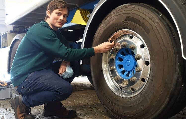 Für das Projekt CargoTrailSense hat Marius Jones, wissenschaftlicher Mitarbeiter am Fachbereich Maschinenbau der FH Dortmund, Lkw mit zahlreichen Sensoren unter anderem am Reifen ausstattet. Die gewonnenen Daten lassen Rückschlüsse auf die Lastenverteilung und Achsenbelastung zu. (Fotos: FH Dortmund / Benedikt Reichel)