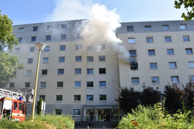 Rauch dringt aus der Wohnung. (Fotos: Feuerwehr Dortmund)