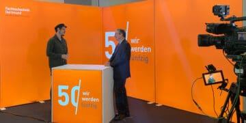 Erstsemesterbegrüßung digital: Rektor Prof. Dr. Wilhelm Schwick wandte sich per Livestream an die neuen Studierenden an der FH Dortmund. Im Gespräch mit Poetry-Slammer Rainer Holl (l.) erzählte er auch von seinem eigenen Studienanfang. (Foto: Sascha Lobe/FH Dortmund)