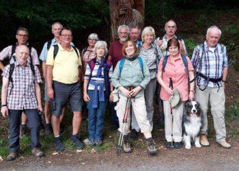 Wanderführer Diethelm Textoris (r.) mit Teilnehmer*innen während einer Wanderung des Heimatvereins Mengede. (Foto: Heimatverein Mengede)