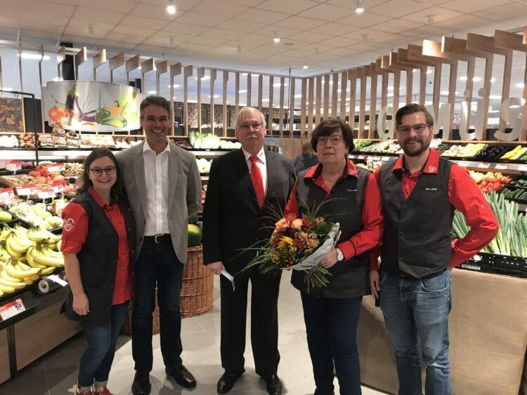 (v. l.) Marktleiter Antonio Neto mit Ehefrau, Geschäftsführer Paul Lange und sein Sohn Michael Lange mit Ehefrau. (Foto: REWE)