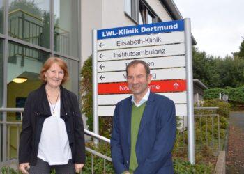 Dorothea Rahmann übergibt an Dr. Nikolaus Barth. (Foto: LWL/Seifert)