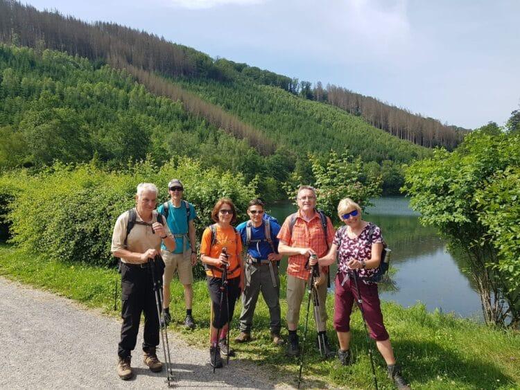 Eine kleine Wandergruppe unterwegs mit Wanderführer Ulrich Heinzel (4. v. l.). (Foto: SGV Do-Aplerbeck)