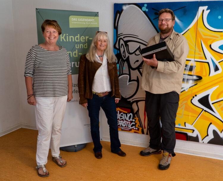 Freuen sich über die Spende: (v. l.) Barbara West (Mitglied FÖK), Thilo Frebel (Leiter JFS) und Heide-Marie Nolte (1. Vors. FÖK). (Foto: privat)