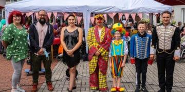 Gabi Jürgens, Leitung Pflegedienst (l.) und Heimleiter Michael Intrau (2. v. l.) mit den Mitgliedern des Zirkus Alessio. (Fotos: Wir in Dortmund)