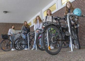 In Sachen Infrastruktur will die Kirchlinder Schule ein bisschen nachlegen: Die Anzahl der direkt am Gebäude gelegenen Fahrradständer soll demnächst erweitert werden. (Foto: Wir in Dortmund)