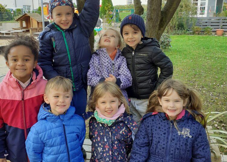 Die Kinder aus dem Astrid-Lindgren-Kindergarten zeigen stolz ihre Futterstelle für die Vögel. (Foto: Kiga)