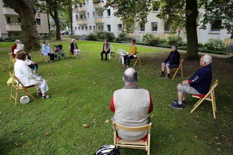 Foto: Yoga-Gruppe des Nachbarschaftstreffs im Althoffblock