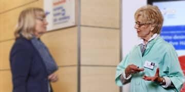 Eine Grüne Dame bietet einer Patientin am Empfang im Krankenhaus ihre Unterstützung an. (Foto: Ekkehart Reinsch)