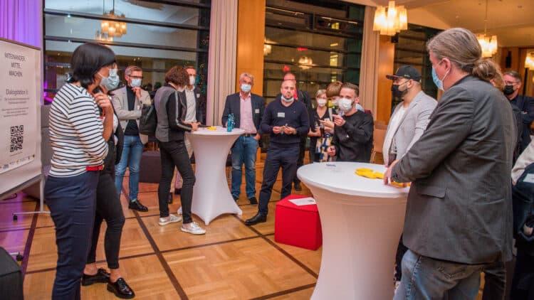 Die Teilnehmenden nutzten lebhaft die Möglichkeit, sich an den Dialogstationen zu einzelnen Themen auszutauschen. (Foto: Roland Gorecki/Dortmund-Agentur)