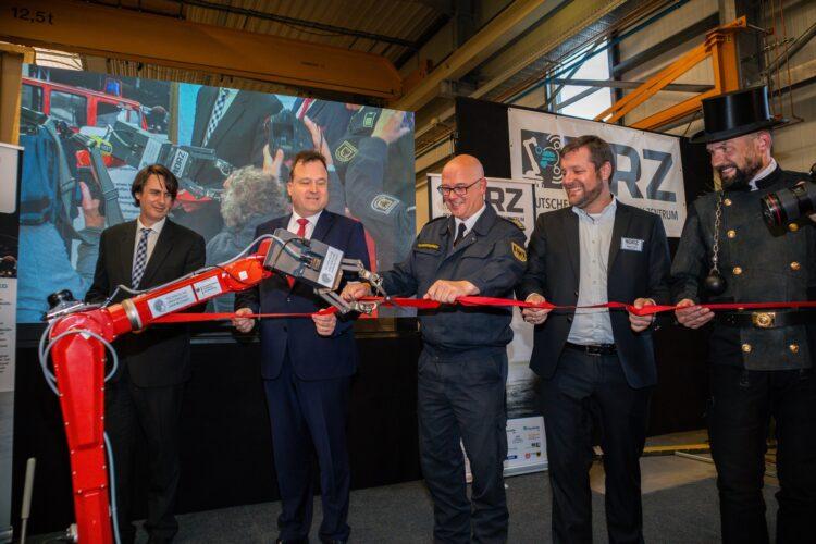 Der Demonstrator D 2 Telemax durchtrennt bei der Eröffnungsfeier des Deutschen Rettungsrobotik-Zentrums (DRZ) souverän das Einweihungsband. (Fotos: Wir in Dortmund)