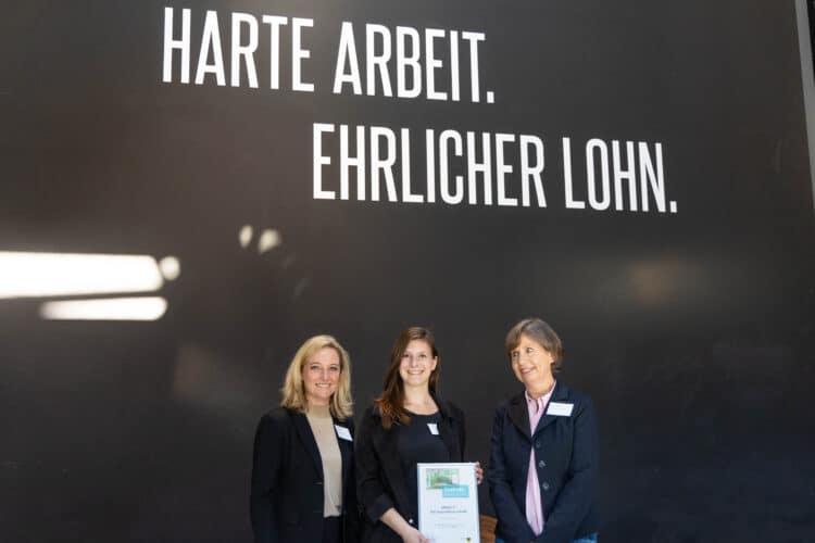 """""""Harte Arbeit. Ehrlicher Lohn"""": Das war das Motto, unter das Veranstalterin Hanna Yabroudi von der B.A.U.M. Consult die Zertifizierungsveranstaltung stellte. (V. l.) Leiterin der Wirtschaftsförderung Heike Marzen, Ann Christin Stadtler von der Green IT und Projektleiterin von Seiten der Wirtschaftsförderung Barbara Bahrenberg (Fotos: Wir in Dortmund)"""