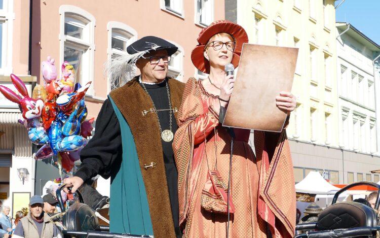 Als Graf Konrad von der Mark und Elisabeth von Kleve verlasen Wolfgang und Heike Buntrock in diesem Jahr die Stadtrechte. (Fotos: Andreas Klinke/Wir in Dortmund)