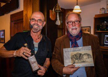 Der Künstler Mathes Schweinberger (l.) und Hans-Ulrich Peuser, Vorsitzender Heimatverein Mengede, freuten sich über die gelungene Veranstaltung. (Fotos: Wir in Dortmund)