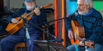 """Wilfried Garner (l.) und Wolfgang Schlesiger bei ihrem Auftritt im Biergarten der Gaststätte """"Im schönen Wiesengrund"""". (Fotos: Wir in Dortmund)"""