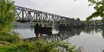 Nach gemeinsamer Anfahrt startet die Wanderung am Bahnhof Kupferdreh – hier zu sehen die Eisenbahnbrücke Kupferdreh. (Foto: Diethelm Textoris)