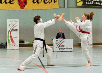 Waltraud Mudrich vom Taekwondo Team Kocer e. V. (r.) während der Prüfung. (Foto: Verein)
