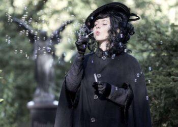 """Die """"Schwarze Witwe"""" führt am Donnerstag über das Friedhofsgelände. (Foto: Anja Kretschmer)"""
